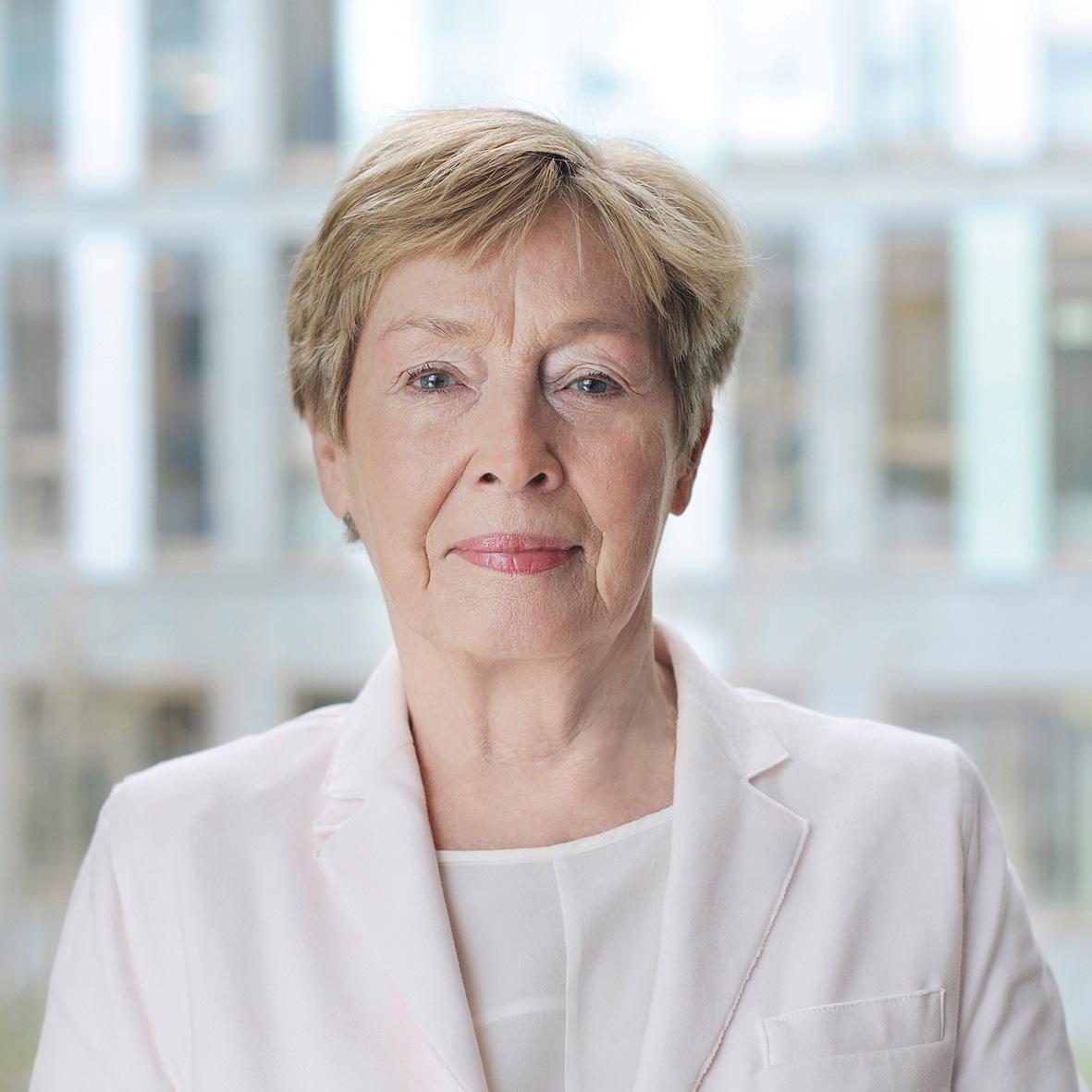 Kommissionsmitglied Christine Bergmann schaut lächelnd in die Kamera.