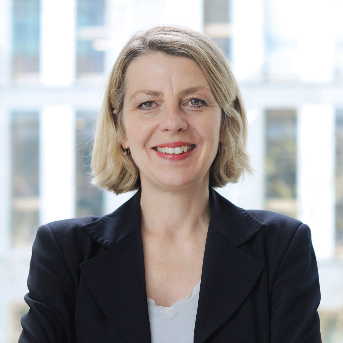 Kommissionsvorsitzende Sabine Andresen schaut lächelnd in die Kamera.