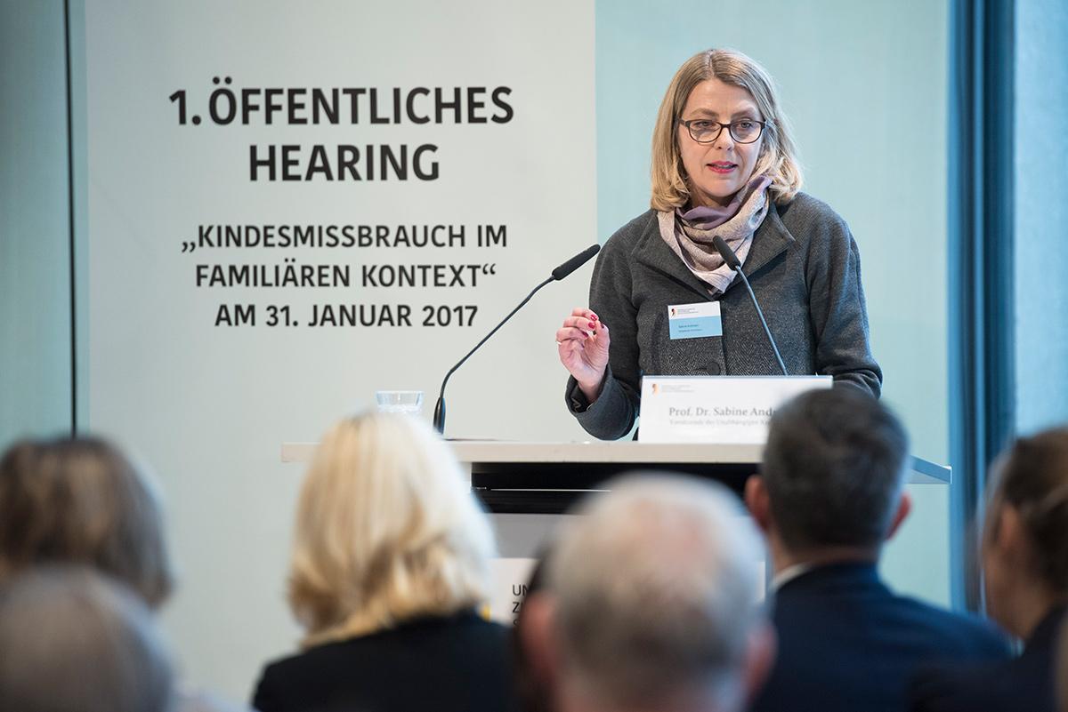 Kommissionsvorsitzende Sabine Andresen spricht beim 1. Öffentlichen Hearing der Kommission.