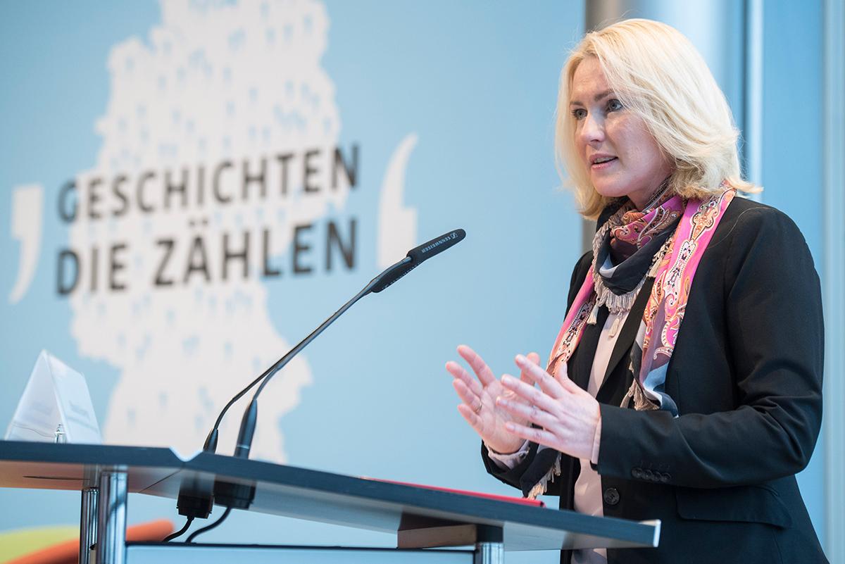 Bundesfamilienministerin Manuela Schwesig spricht an einem Rednerpult in ein Mikrofon.