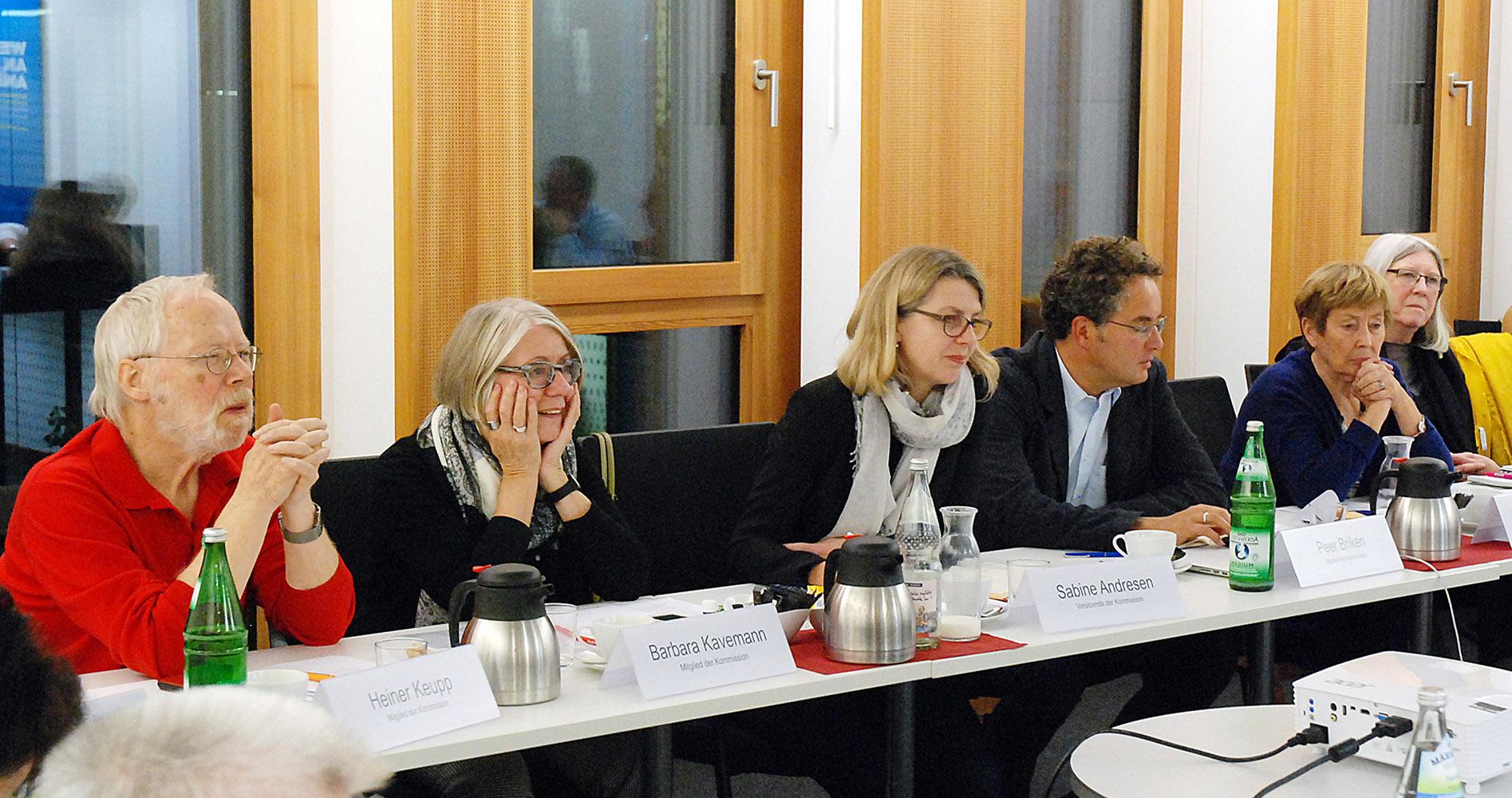 von links nach rechts im Bild: Heiner Keupp, Barbara Kavemann, Sabine Andresen, Peer Briken, Christine Bergmann, Bigitte Tillmann