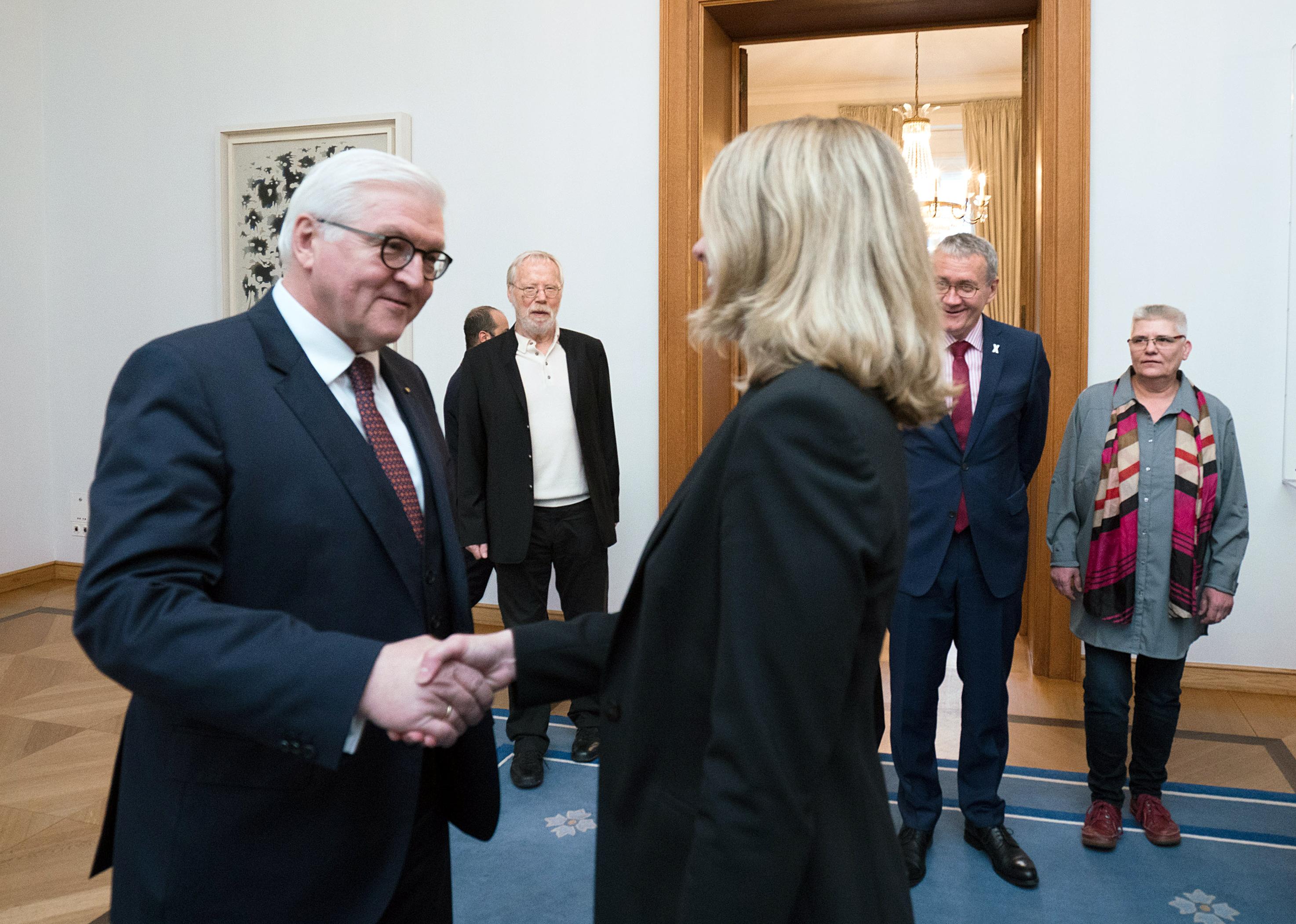 Bundespräsident Frank-Walter Steinmeier und Prof. Sabine Andresen beim Handshake