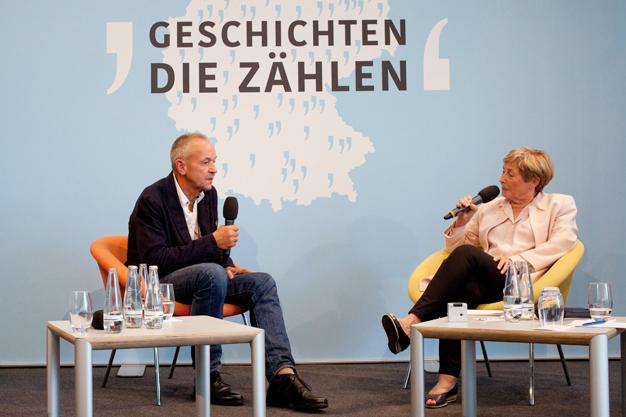 Günter Rothenburg im Gespräch mit Kommissionsmitglied Christine Bergmann