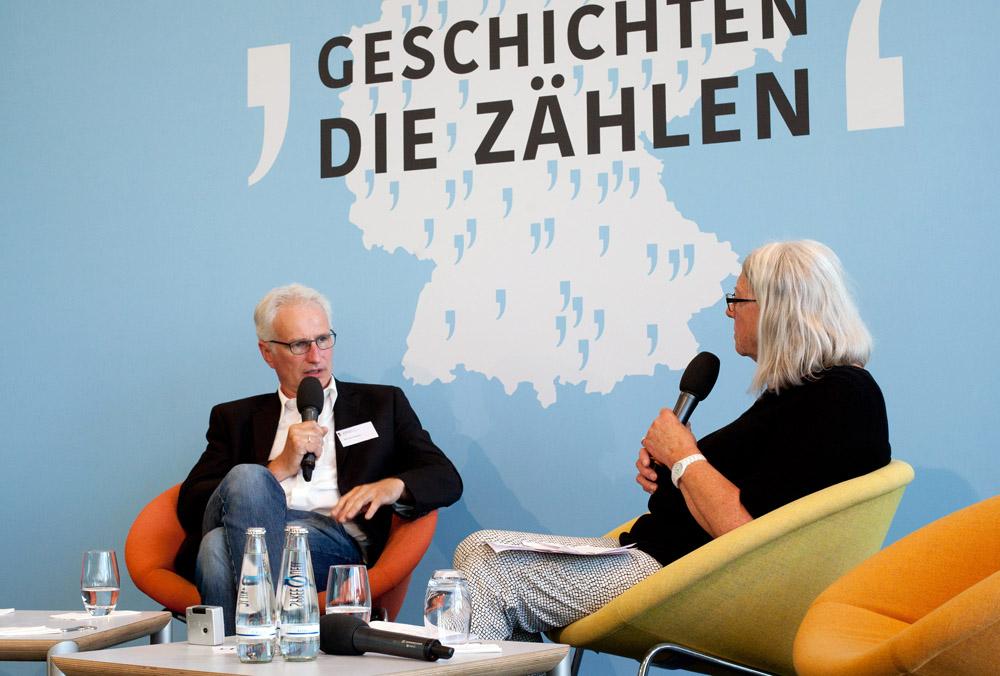 Martin Schmitz im Gespräch mit Kommissionsmitglied Brigitte Tilmann
