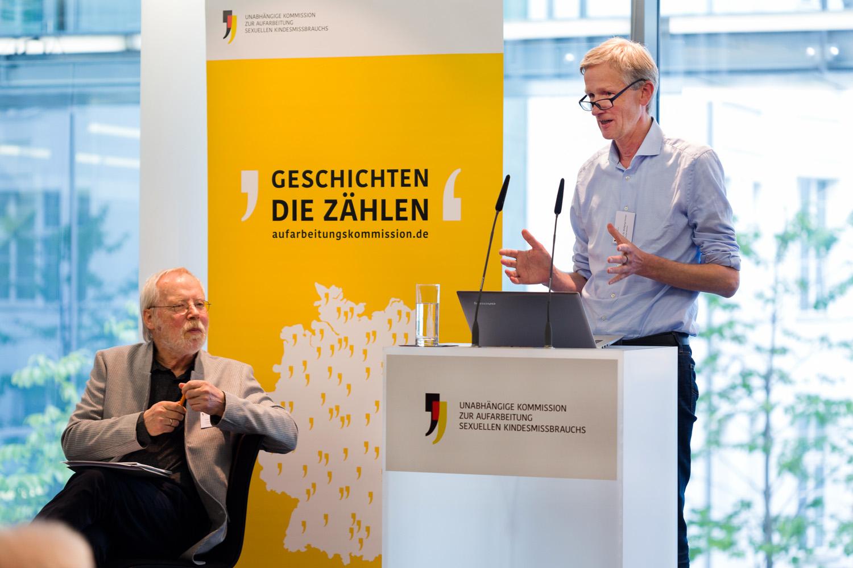 Prof. Dr. Heiner Keupp, Mitglied der Kommission sowie Prof. Dr. Wolfgang Schröer auf dem Podium