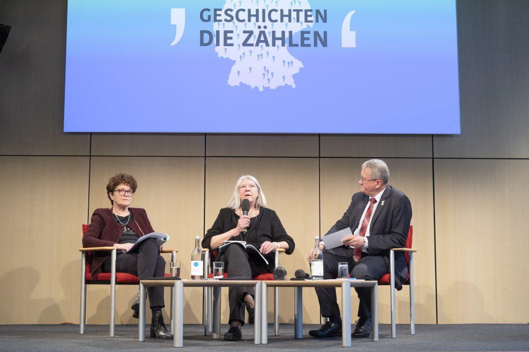 Claudia Burgsmüller, Brigitte Tilmann und Matthias Katsch diskutieren auf dem Podium bei der Tagung.