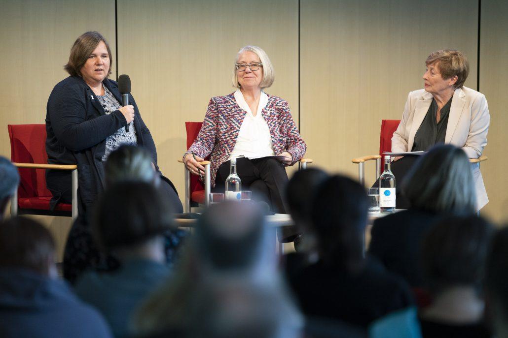 Ava Anna Johannson, Barbara Kavemann und Christine Bergmann im Gespräch auf der Bühne bei der Tagung in Berlin.