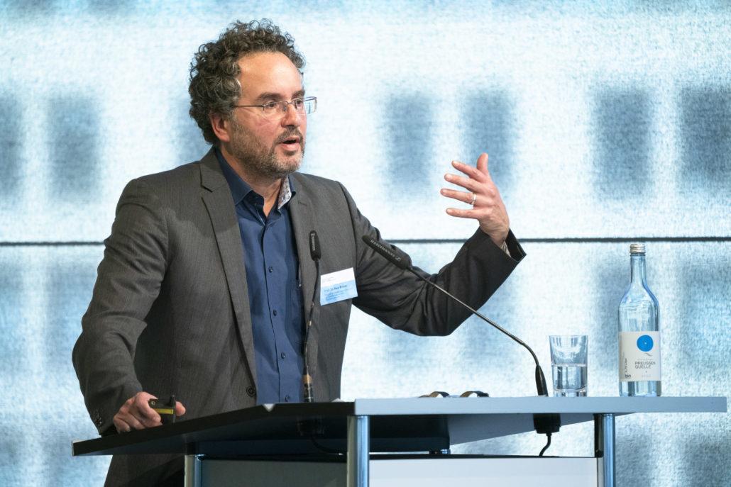 Peer Briken, Mitglied der Kommission, bei seinem Vortrag zu den Empfehlungen auf der Bühne.