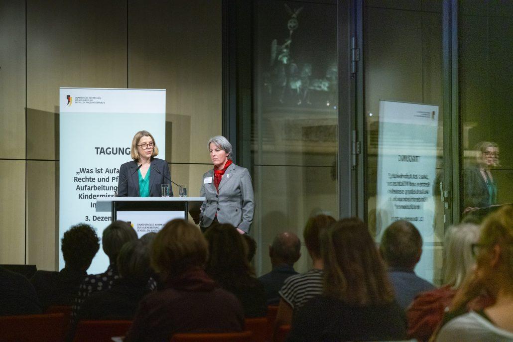 Sabine Andresen und Kerstin Claus bei ihrem Abschluss-Vortrag