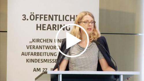 Sabine Andresen steht an einem Rednerpult.