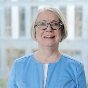 Portrait von dem Kommissionsmitglied Barbara Kavemann, die lächelnd in die Kamera schaut.