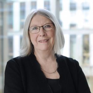 Portrait von dem Kommissionsmitglied Brigitte Tilmann, die lächelnd in die Kamera schaut.