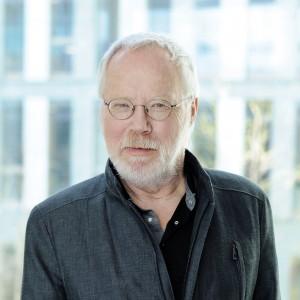 Portrait von dem Kommissionsmitglied Heiner Keupp, der lächelnd in die Kamera schaut.