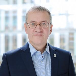 Portrait von dem Kommissionsmitglied Matthias Katsch, der lächelnd in die Kamera schaut.