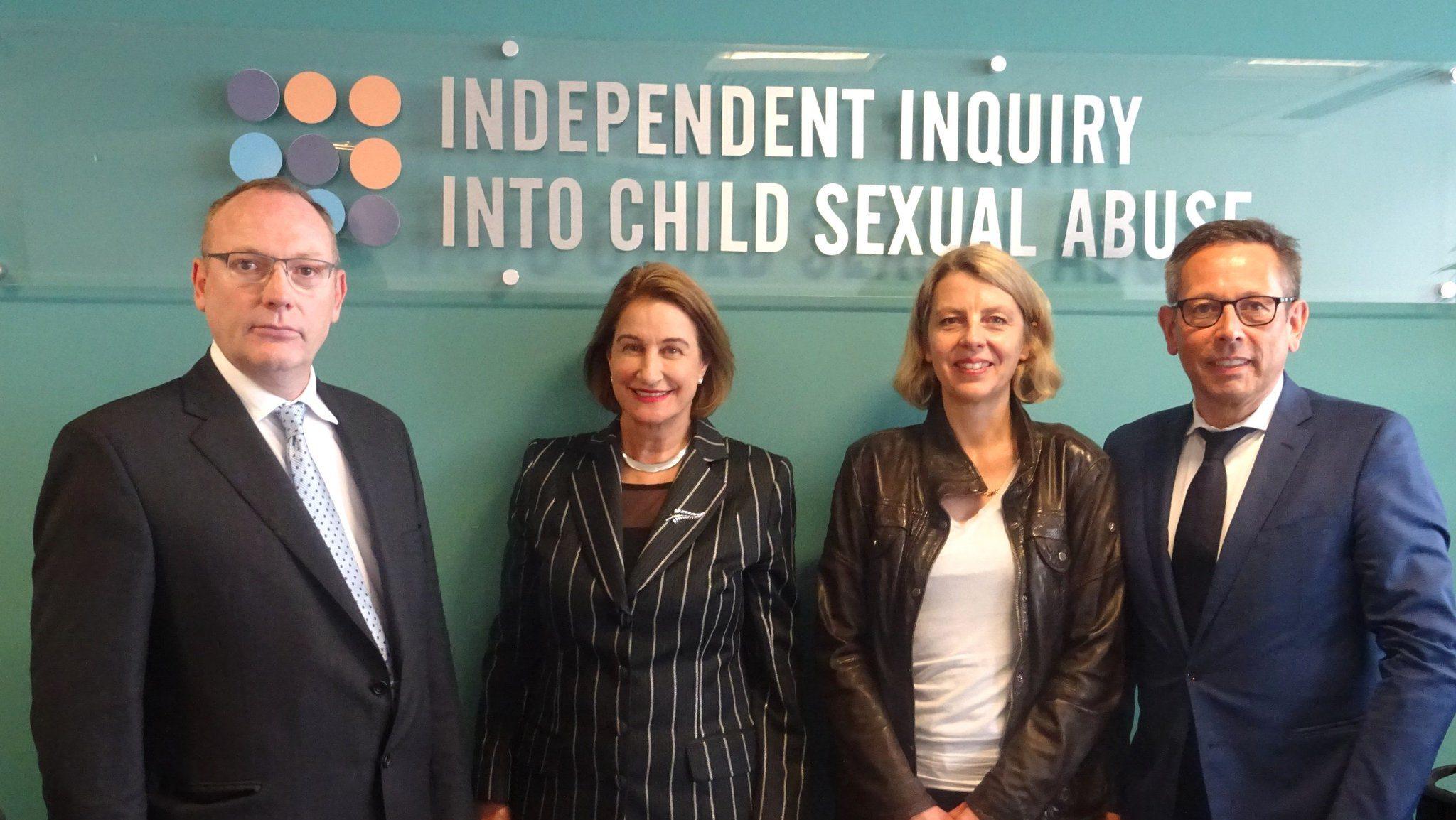 Sabine Andresen und Johannes-Wilhelm Rörig stehen neben den Mitgliedern der englischen Kommission.