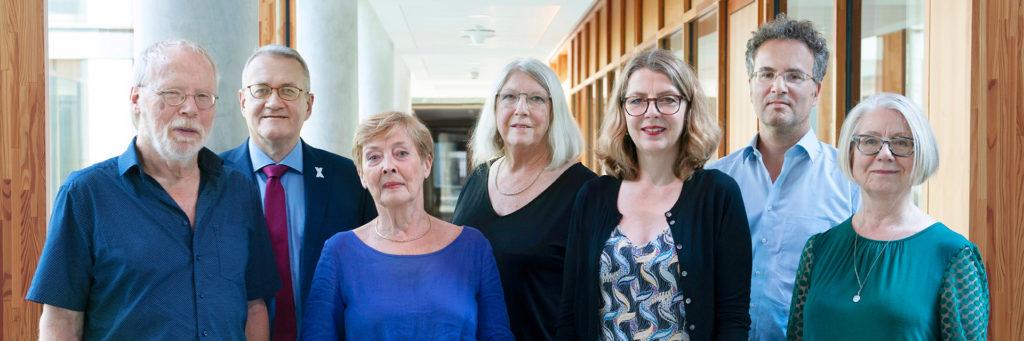 Gruppenfoto mit den sieben Mitgliedern der Kommission.
