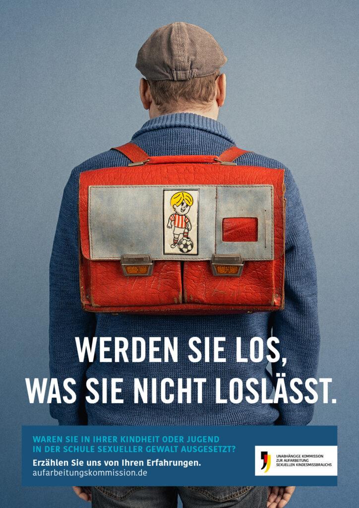 Ein erwachsener Mann trägt einen Schulranzen. Darunter befindet sich der Text: Werden Sie los, was Sie nicht loslässt.