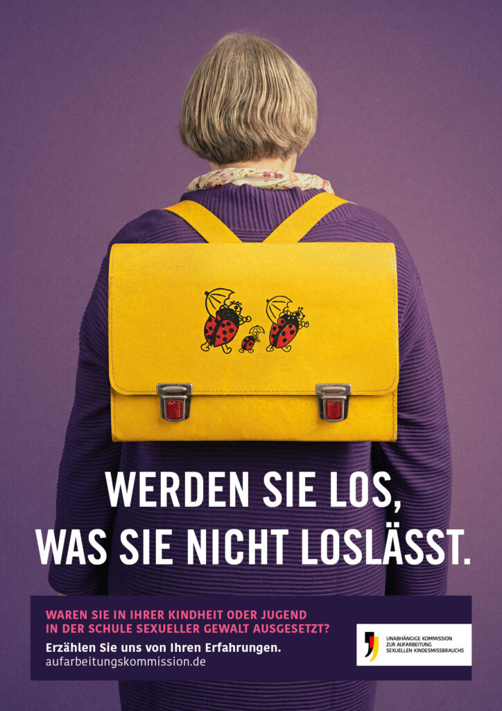 Eine erwachsene Frau trägt einen Schulranzen. Darunter befindet sich der Text: Werden Sie los, was Sie nicht loslässt.