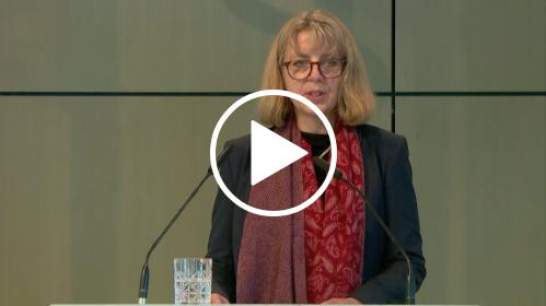 Sabine Andresen spricht in ein Mikrofon