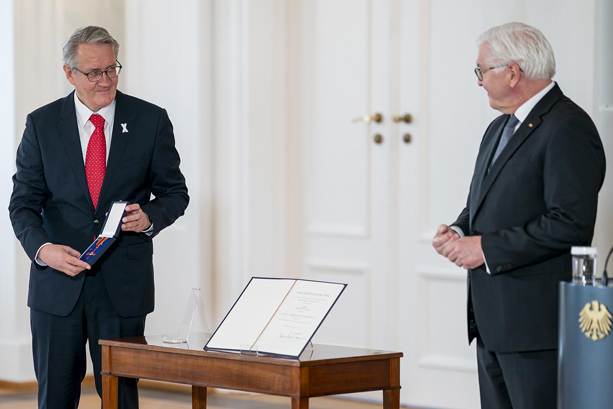 Matthias Katsch und Bundespräsident Steinmeier bei Verleihung des Bundesverdienstkreuzes