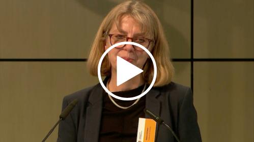 Sabine Andresen spricht in ein Mikrofon.