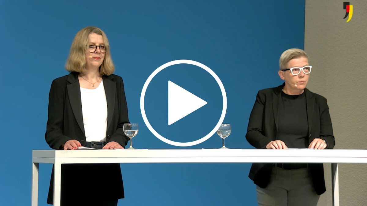 Zwei Frauen an einem Stehtisch schauen in die Kamera. Die Frauen sind Sabine Andresen und Birgit Bosold