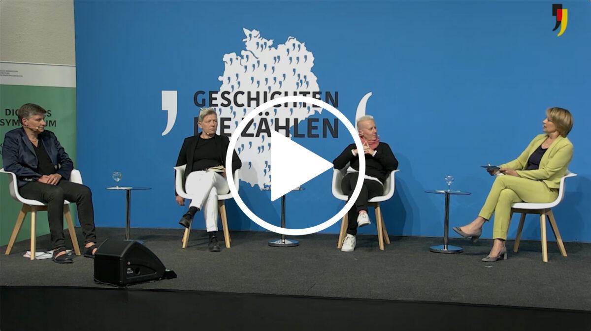 Vier Frauen sitzen auf einer Bühne und sprechen miteinander.