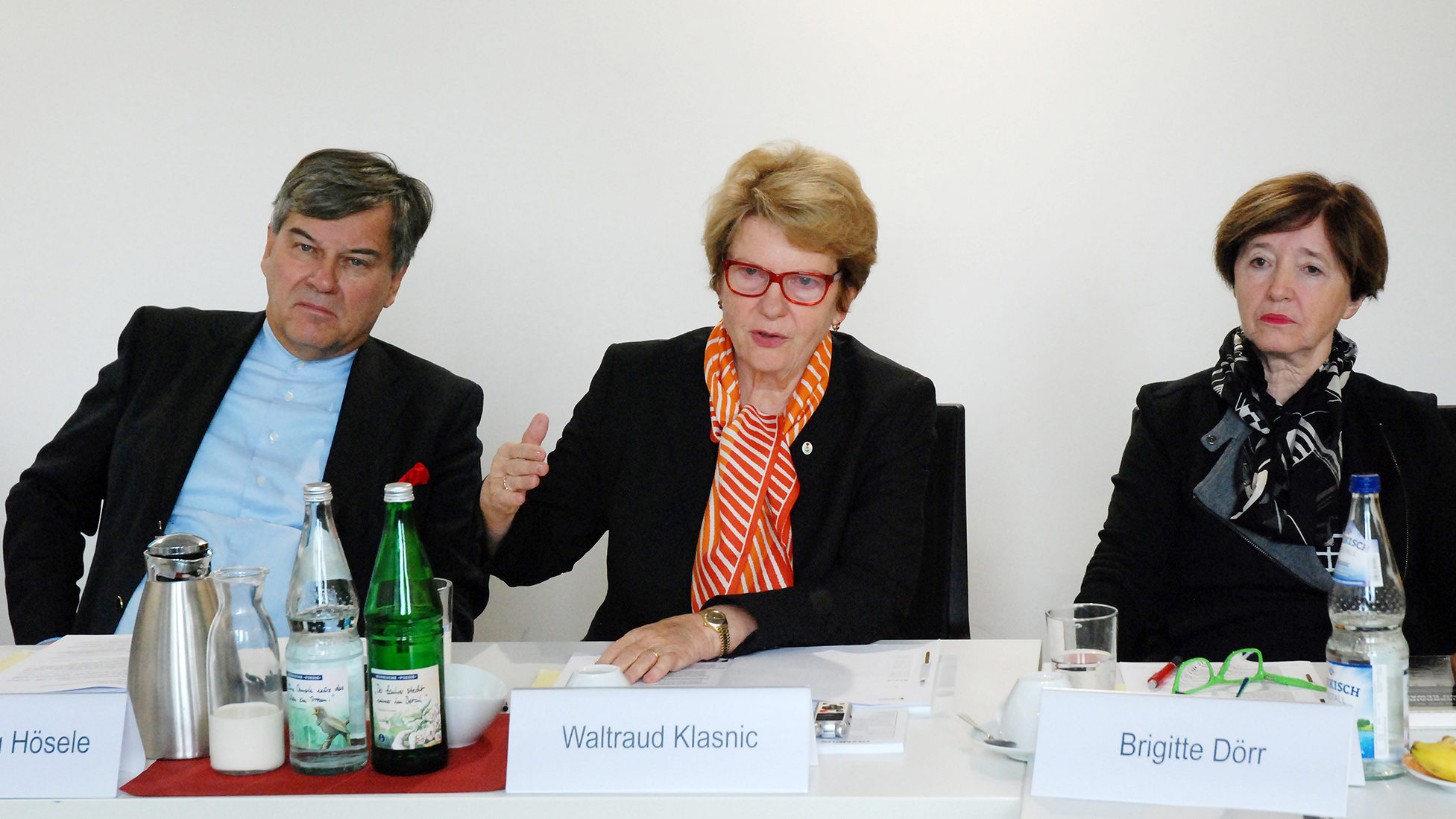 Eine Frau spricht und eine zweite Frau und ein Mann sitzen daneben und hören zu. Die Personen gehören zur Klasnic-Kommission in Österreich.