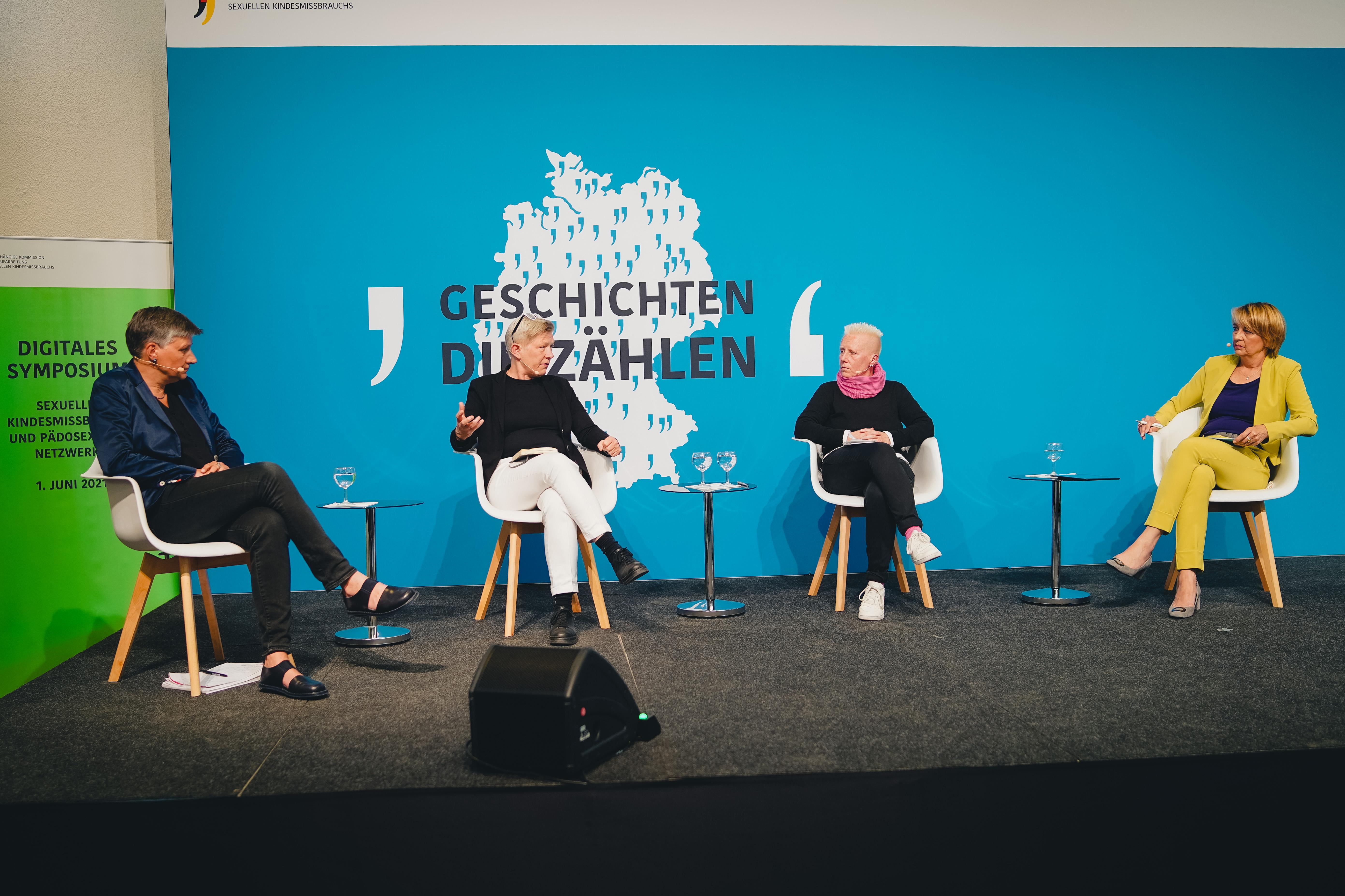 Auf einer Bühne sitzen vier Frauen und sprechen miteinander.